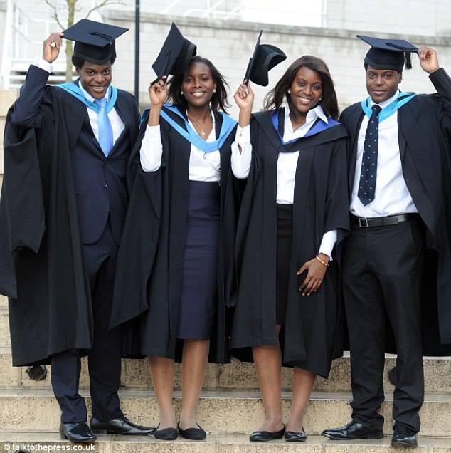 La belle histoire du quadruplet nigérian diplômé le même jour en Angleterre