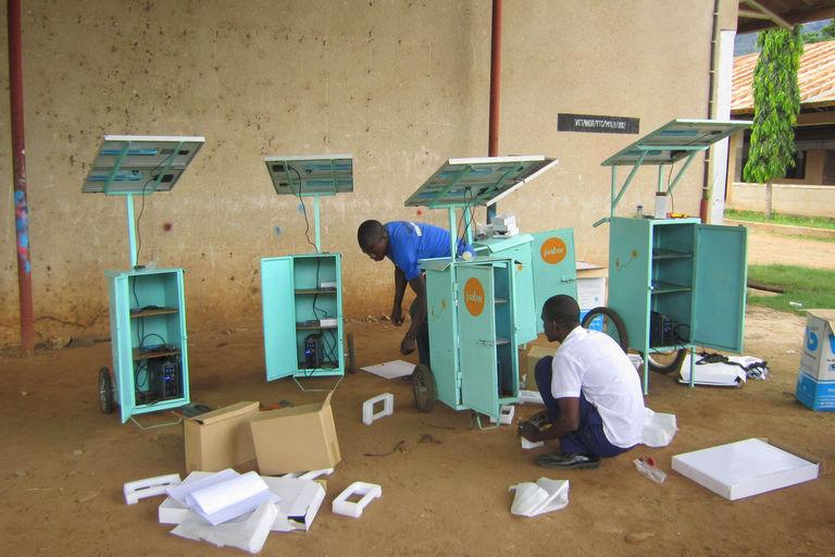 Tanzanie : Kiosque solaire pour permettre aux populations rurales de recharger leurs téléphones portables