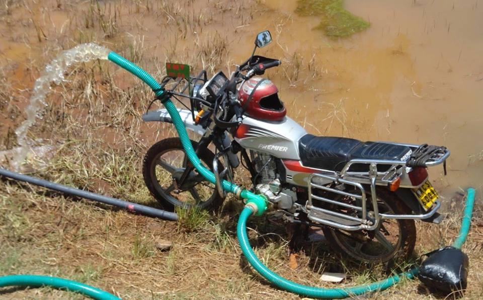 La dernière innovation des petits agriculteurs de l'Afrique de l'est  qui se sont tournés vers des motos pour irriguer leurs fermes