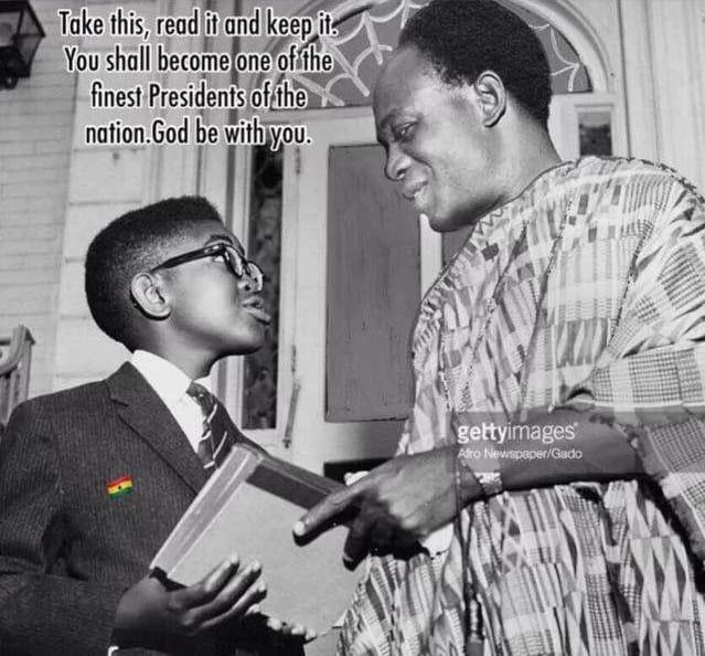 Quand le 1er président du Ghana Kwame Nkrumah offrait un livre au nouveau